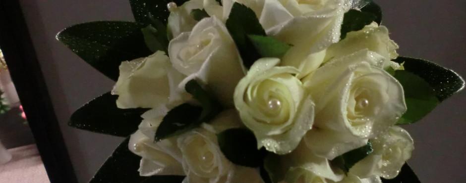 Bouquet  rose avalanche chiuso con foglie di Magnolia